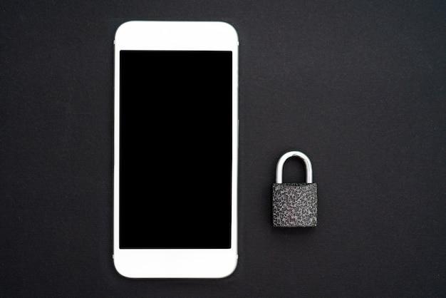 Die sicherheit personenbezogener daten, netzwerksicherheit, vertraulichkeit. weißer smartphone und vorhängeschloß auf schwarzem hintergrund. sicht von oben