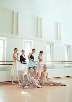 Die sieben ballerinas an der ballettstange