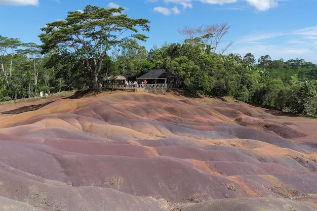 Die siebenfarbige erde ist ein vulkanisches geologisches phänomen, das zu sieben farben führt