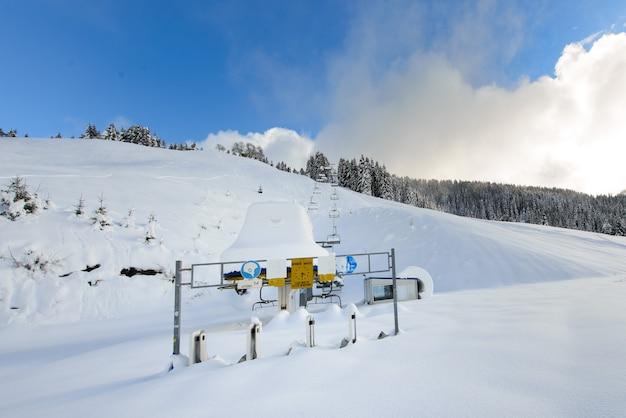 Die skilifte wurden geschlossen, um die covid 19-pandemie zu bekämpfen