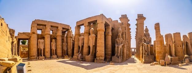 Die skulpturen von pharaonen und altägyptischen zeichnungen auf den säulen des luxor-tempels