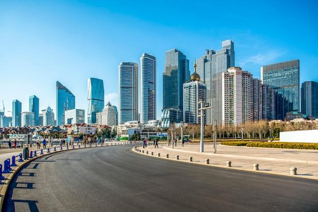 Die skyline der architekturlandschaft der qingdao-küstenstadt