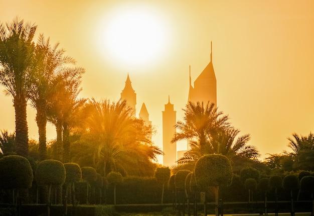Die skyline der stadt dubai im sonnenlicht