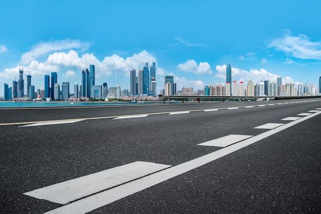 Die skyline der stadtskyline des qingdao expressway