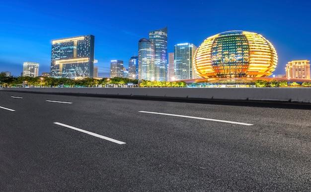 Die skyline des teerpflasters und die nachtszene der modernen architekturlandschaft