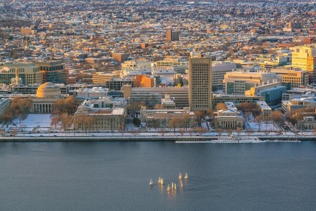 Die skyline von boston in massachusetts, usa im winter mit segelbooten