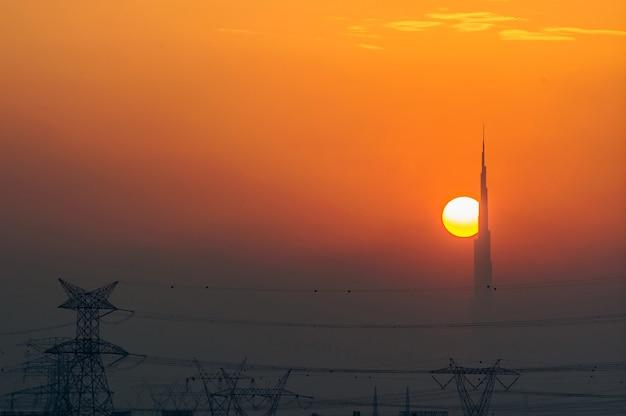 Die skyline von dubai bei sonnenuntergang von der wüstenseite aus gesehen, zeigt das höchste gebäude der welt.