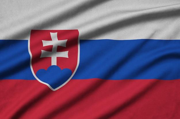 Die slowakische flagge ist auf einem sportstoff mit vielen falten abgebildet.