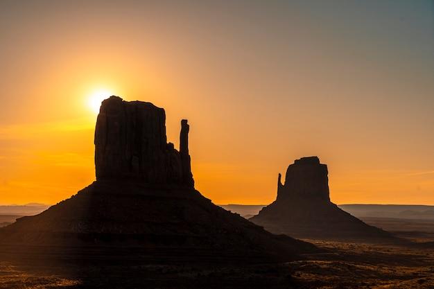 Die sonne geht im monument valley in seinem schönen morgensonnenaufgang, utah unter