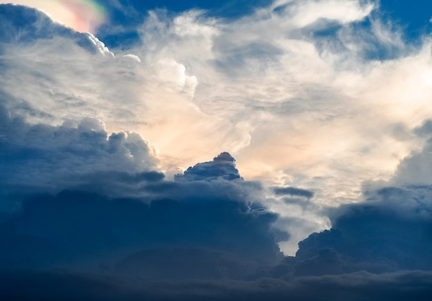 Die sonne scheint durch die regenwolken, vorher wurde regen.