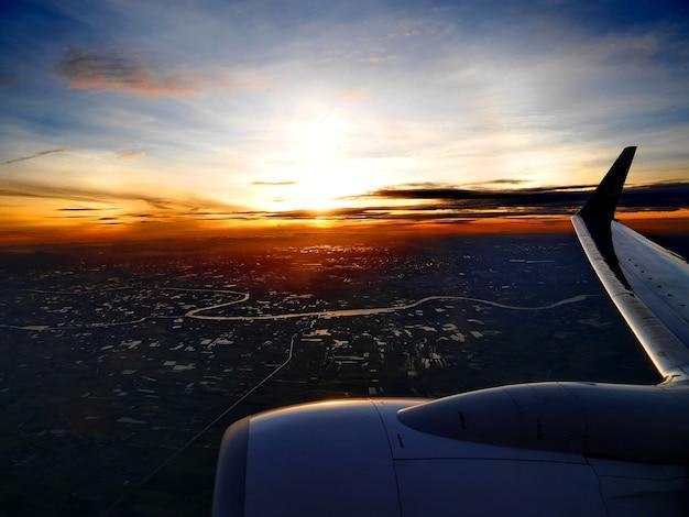 Die sonnenaufgangszeit in der stadt schießen vom flugzeug