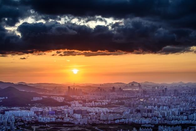 Die sonnenuntergang- und nachtansicht von seoul von namhansansung