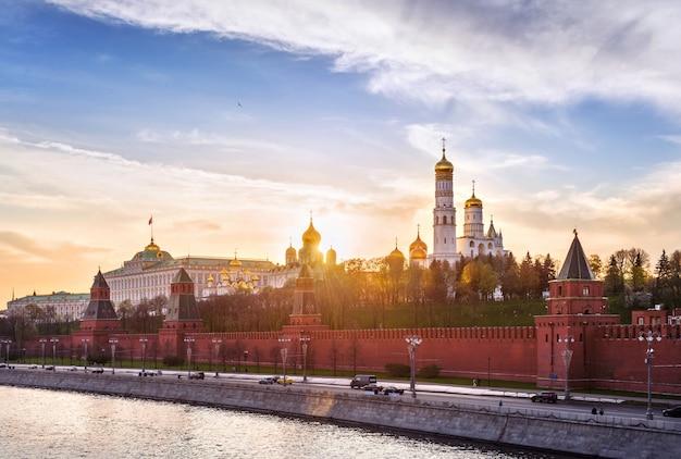 Die sonnenuntergangsstrahlen der sonne über den türmen und kirchen des moskauer kremls