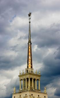 Die spitze des eiffelturms mit himmel