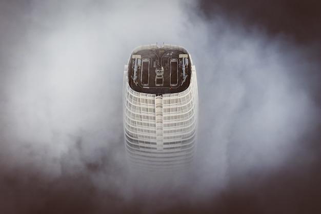 Die spitze des höchsten gebäudes in san francisco ist von wolken umgeben