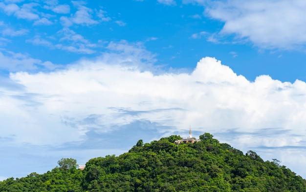 Die spitze des hügels ist ein großer alter berg mit einem aufzug auf dem hügel.