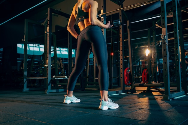 Die sportlerin trainiert hart im fitnessstudio fitness- und gesundes lebenskonzept