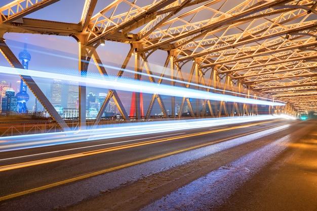 Die spur des autos auf der eisenbrücke, baiduqiao, shanghai, china