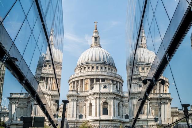 Die st. paul's cathedral kirche spiegelt sich in den glaswänden von one new change in london wider.