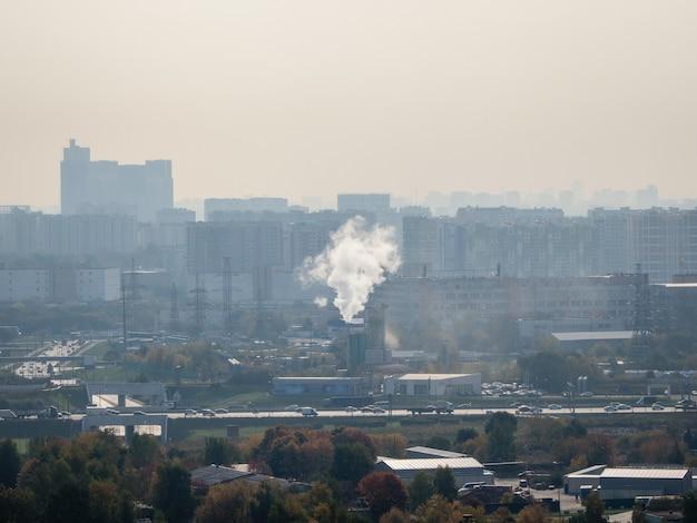 Die stadt ist mit smog und rauch bedeckt