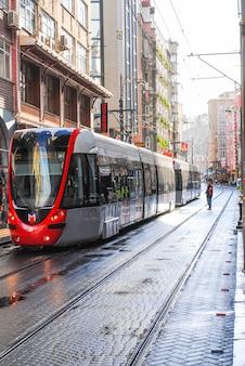 Die stadtwerke haben eine neue straßenbahn durch die straßen der stadt in betrieb genommen.