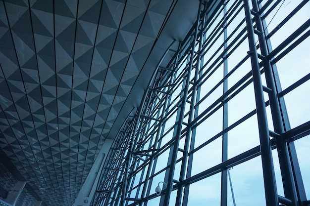 Die stahlkonstruktion der glaswand im flughafen.
