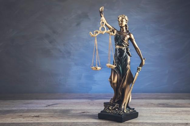 Die statue der frauenjustiz im dunkeln