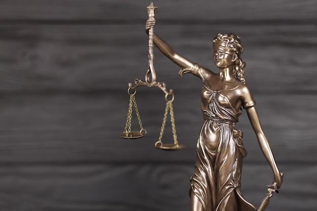 Die statue der gerechtigkeit - lady justice oder justitia, die römische göttin der gerechtigkeit.