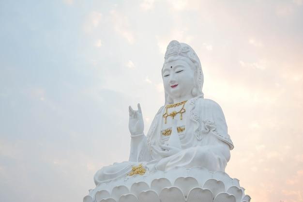 Die statue der guanyin-göttin von kuan yin ist ein bodhisattva, der mit mitgefühl in der asiatischen welt verbunden ist