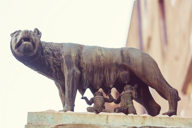 Die statue der kapitolinischen wölfe, die romulus und remus in rom, italien säugen