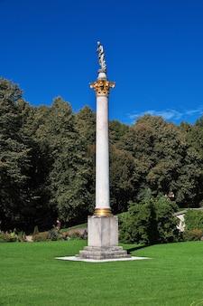 Die statue im potsdamer park in deutschland