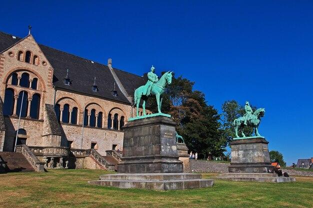 Die statue in der kaiserpfalz in goslar deutschland