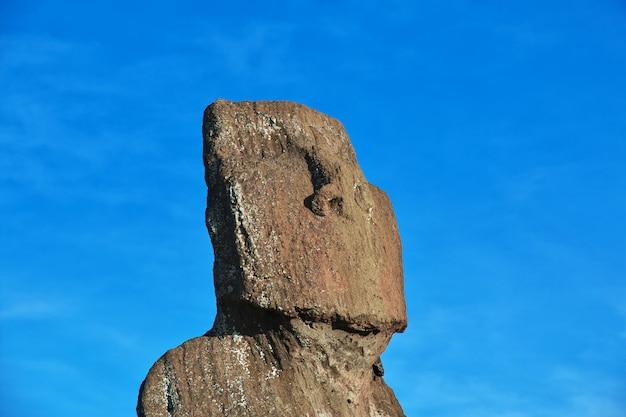 Die statue moai in ahu tahai auf der osterinsel, chile