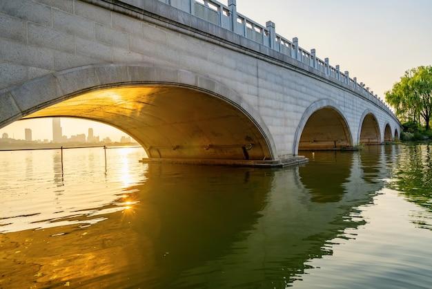 Die steinbogenbrücke befindet sich im park