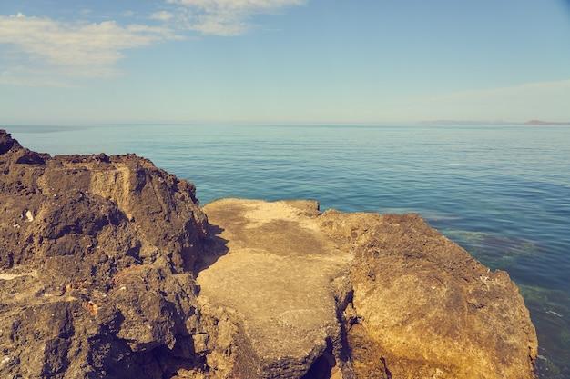 Die steinküste des mittelmeers an einem sonnigen tag.