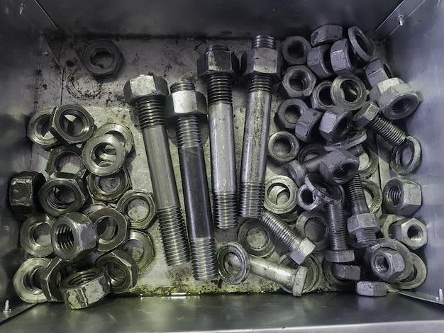 Die stifte und muttern befinden sich in einer metallbox