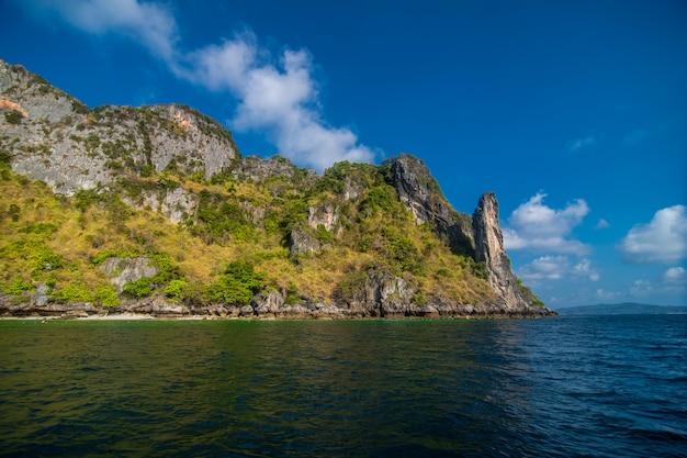 Die strände der ko phi phi inseln und der halbinsel rai ley sind von atemberaubenden kalksteinfelsen eingerahmt. sie werden regelmäßig zwischen den top-stränden in thailand aufgeführt.