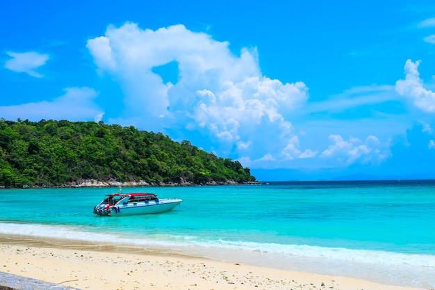 Die strandansicht mit schnellboot für tagesausflug zu koh racha yai island in phuket, thailand