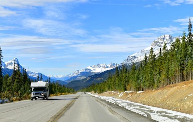 Die straße 93 schöner icefield parkway im herbst-jasper-nationalpark kanada