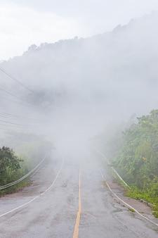 Die straße auf dem berg ist von nebel bedeckt