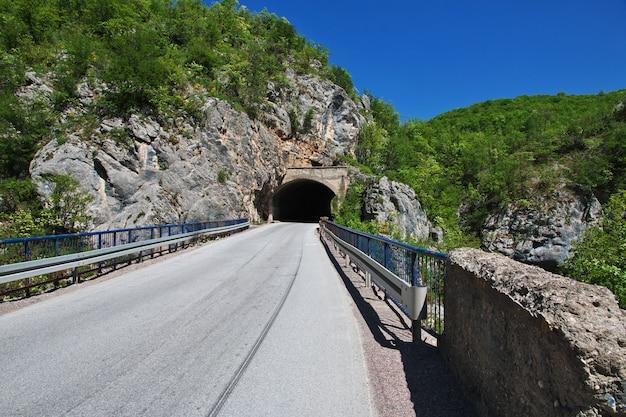 Die straße auf grünen bergen von bosnien und herzegowina