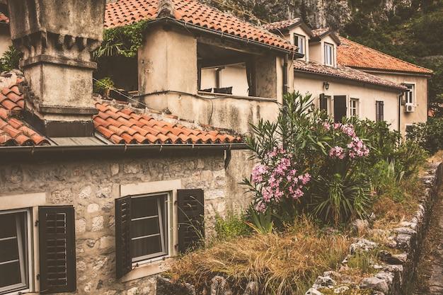 Die straße der montenegrinischen stadt kotor
