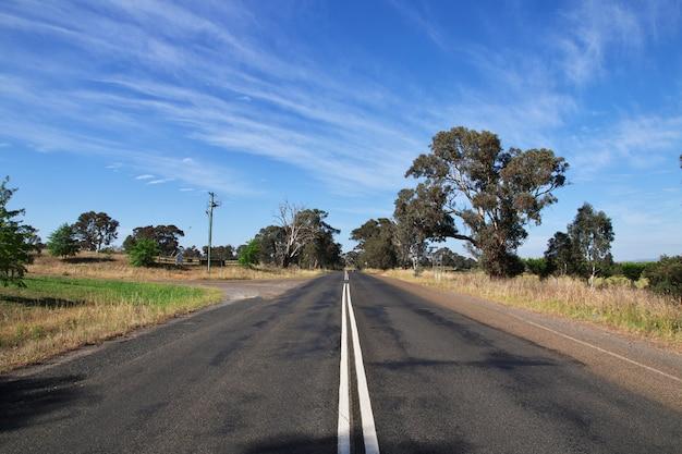 Die straße ist in einem ländlichen ort, australien