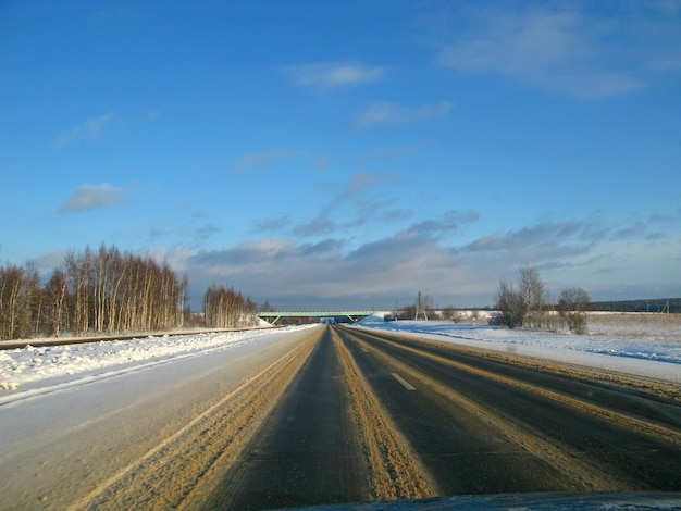 Die straße mit schnee in russland am winter