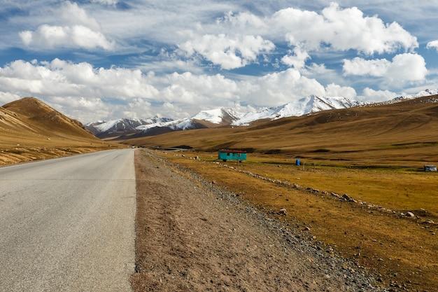 Die straße zum ala bel pass, bishkek osh autobahn m41, region chuy in kirgisistan