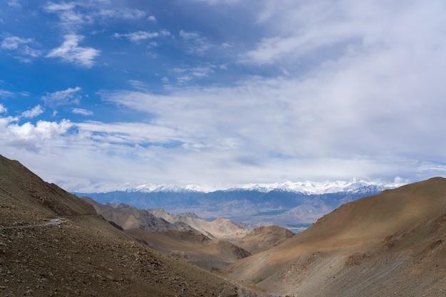 Die straße zum nordindischen berg der himalaya-region (ihr) ist der abschnitt des himalaya