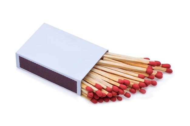 Die streichholzschachtel und die streichhölzer sind auf weiß isoliert