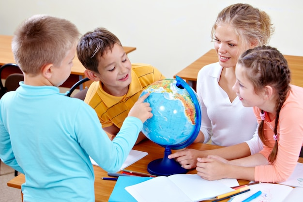 Die studenten, die spaß in der geographie klasse