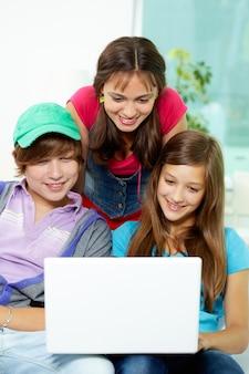 Die studenten, die spaß mit laptop