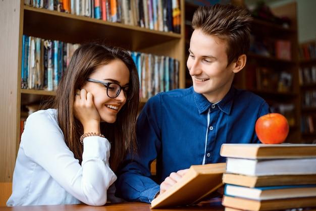 Die studierenden recherchieren gemeinsam in der bibliothek